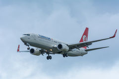Noord-Holland/el 20-11 de noviembre holandés - 2015 - avión de Turkish Airlines TC-JGU Boeing 737-800 está aterrizando en el aero Fotos de archivo libres de regalías