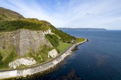 Noord-Ierland Atlantische kust, klippen en kustweg royalty-vrije stock afbeeldingen