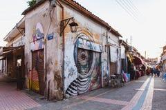 Noord-Nicosia, Turkse Republiek van Noordelijk Cyprus - Februari 27, 2019: De kleurrijke lijn van de graffitikunst de straatmuren stock foto