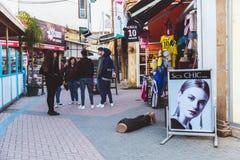 Noord-Nicosia, Turkse Republiek van Noordelijk Cyprus - Februari 27, 2019: Weergeven op lokale marktwinkels in Noord-Nicosia royalty-vrije stock afbeeldingen