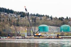 NOORD-VANCOUVER, BC, CANADA - 09 APRIL, 2018: De Parkland-raffinaderij op Burnaby-berg, met pijpleidingsbouw het nemen royalty-vrije stock fotografie