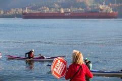 NOORD-VANCOUVER, BC, CANADA - OCT 28, 2017: Vrouw die een teken in protest van de voorgestelde Kinder Morgan-pijpleiding houden i stock foto