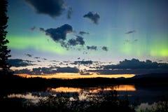 Noordelijk de lichtenaurora borealis van de middernachtzomer Stock Foto