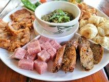 Noordelijk voedselvoorgerecht Hors-d'oeuvre van Thaise Noordelijke die voedselstijl op houten lijst wordt geplaatst stock foto's