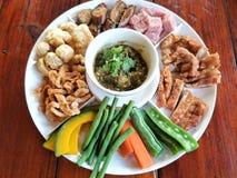 Noordelijk voedselvoorgerecht Hors-d'oeuvre van Thaise Noordelijke die voedselstijl op houten lijst wordt geplaatst stock fotografie