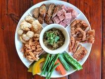 Noordelijk voedselvoorgerecht Hors-d'oeuvre van Thaise Noordelijke die voedselstijl op houten lijst wordt geplaatst royalty-vrije stock foto's