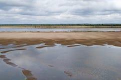 Noordelijke Dvina-Rivier in de zomer Stock Afbeeldingen