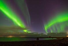 Noordelijke lichten Aurora Borealis boven landschap in IJsland royalty-vrije stock fotografie