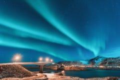 Noordelijke lichten boven brug met verlichting in Noorwegen royalty-vrije stock afbeeldingen
