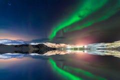 Noordelijke lichten boven de fjord in Noorwegen royalty-vrije stock foto's