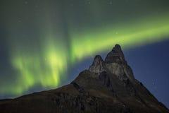 Noordelijke lichten boven Otertinden-berg, Noorwegen Stock Foto's