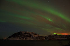 Noordelijke Lichten in Bremnes dichtbij Harstad, Noorwegen stock foto's