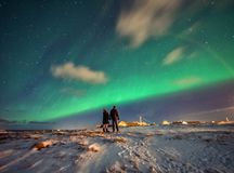 Noordelijke Lichten in de bergen van Reine, Noorwegen Het landschap van Norwgian stock afbeelding