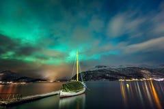 Noordelijke lichten in de Noorse fjord en het jacht stock afbeeldingen