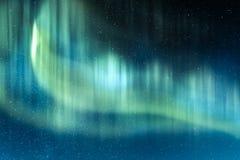 Noordelijke lichten in de winterbergen stock foto's