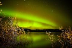 Noordelijke lichten die op meer worden weerspiegeld stock afbeeldingen