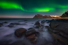 Noordelijke Lichten door het overzees royalty-vrije stock afbeeldingen