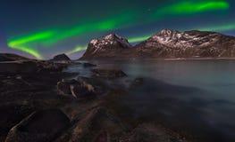 Noordelijke Lichten door het overzees royalty-vrije stock foto's