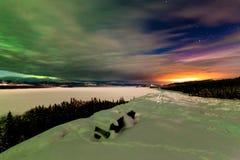 Noordelijke Lichten en de nachthemel van de stads lichte verontreiniging Stock Fotografie