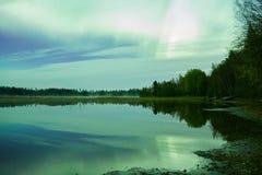 Noordelijke lichten lakescape bij nacht stock foto's