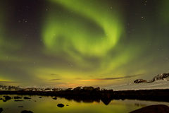 Noordelijke lichten met bezinning in water Royalty-vrije Stock Foto