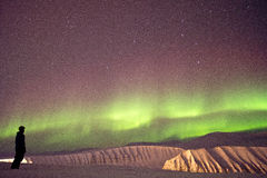 Noordelijke lichten met skiër Stock Afbeeldingen