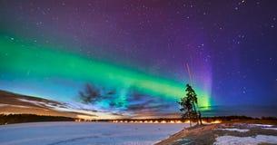 Noordelijke lichten over bevroren meer in Zweden Umea Stock Afbeelding