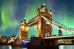 Noordelijke Lichten over Torenbrug in Londen, het UK Stock Foto