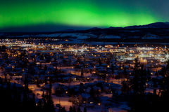 Noordelijke Lichten over Whitehorse Van de binnenstad stock fotografie