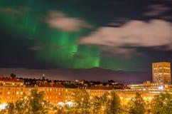 Noordelijke lichten in stad Stock Afbeelding