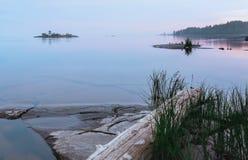 Noordelijke Witte Nacht over Rocky Islands In The Lake royalty-vrije stock foto's