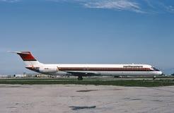 Noordoostelijke Internationale luchtvaartmaatschappijen McDonnell Douglas die M.D.-82 uit voor start taxi?en Stock Foto