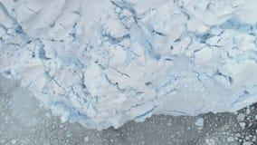 Noordpool de close-up luchttop down van de gletsjertextuur stock videobeelden