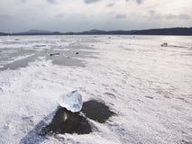 Noordpool Ijs Gebroken stukken van gletsjer die op grote ijsschol aan oceaan drijven royalty-vrije stock afbeeldingen