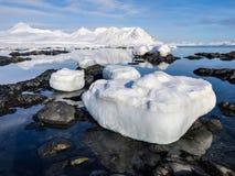 Noordpoollandschap - ijs, overzees, bergen, gletsjers - Spitsbergen, Svalbard Stock Foto