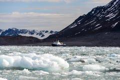 Noordpoollandschap in Svalbard met expeditieschip stock afbeelding