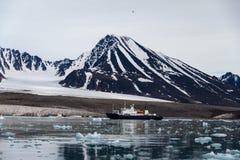 Noordpoollandschap in Svalbard met expeditieschip stock foto's