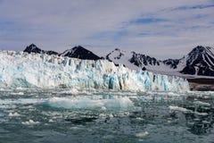 Noordpoollandschap in Svalbard met gletsjer in de zomertijd stock foto's