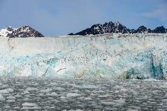 Noordpoollandschap in Svalbard met gletsjer in de zomertijd stock fotografie