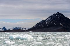 Noordpoollandschap in Svalbard met gletsjer in de zomertijd royalty-vrije stock fotografie