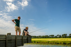 Noordwijk, Κάτω Χώρες, στις 27 Αυγούστου 2017: ψαράς 2 που περιμένει  Στοκ φωτογραφία με δικαίωμα ελεύθερης χρήσης