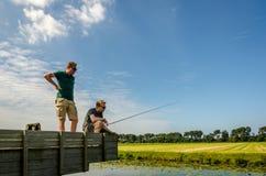 Noordwijk Nederländerna, 27 august 2017: vänta på för 2 fiskare Royaltyfri Fotografi