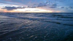 Noordzeestrand bij zonsondergang stock video