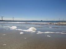 Noordzeestrand, het overzees en de deltawerkzaamheden en de molens Royalty-vrije Stock Foto's