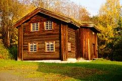 Noors houten landbouwbedrijfhuis Stock Foto's