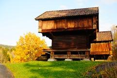 Noors houten landbouwbedrijfhuis voor voedsel Stock Afbeeldingen