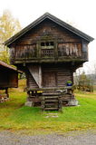 Noors houten landbouwbedrijfhuis voor voedsel Stock Afbeelding