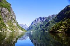 Noors landschap met watervallen en bergen Stock Afbeeldingen