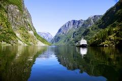 Noors landschap met watervallen en bergen Royalty-vrije Stock Afbeelding