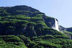 Noors landschap met watervallen en bergen Royalty-vrije Stock Fotografie